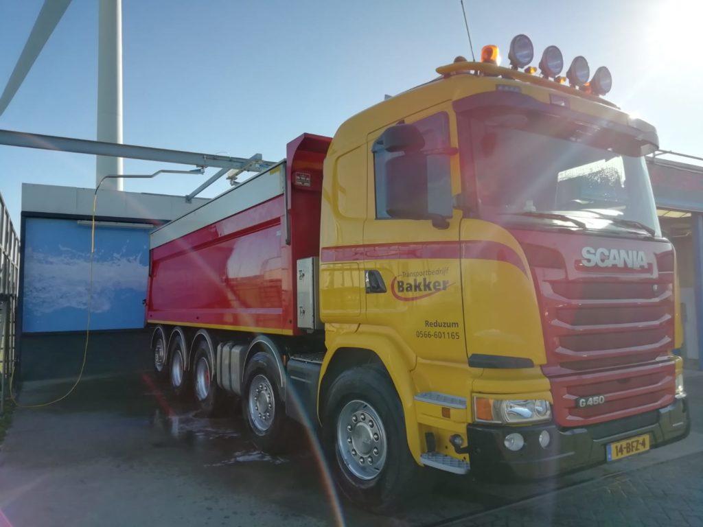 Bussen en vrachtwagens wassen